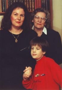 Alexander mit seiner Mutter Edith Pusich geb. Wahl Walther Gräfin Trenewan und seiner mütterlichen Grossmutter Gräfin Irene Nora geborene Naubauer (1913-2006), Coburg/Bayern in der Wohnung der Grossmutter, 1989